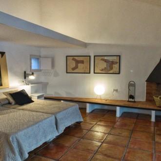 Habitación de invitados con chimenea