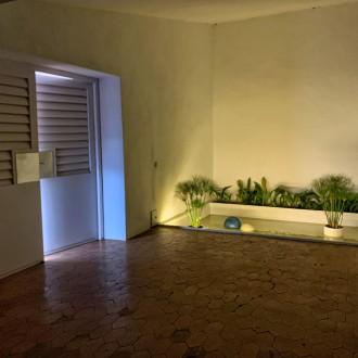 Estanque y puerta de entrada (iluminación nocturna)
