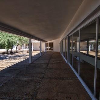 Porches de acceso a habitaciones y salón