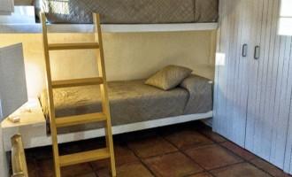 Habitación literas apartamento del servicio