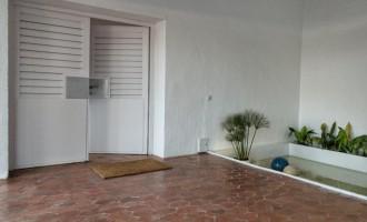 Estanque y puerta de entrada